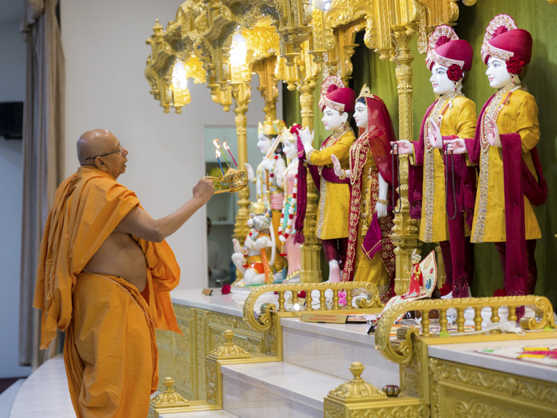 Pujya Tyagvallabh Swami performs  morning arti