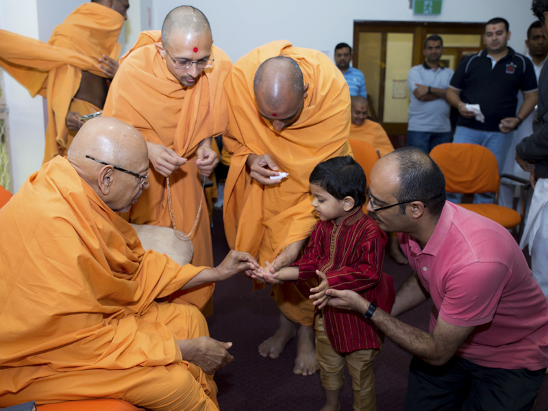 Pujya Tyagvallabh Swami blesses a child