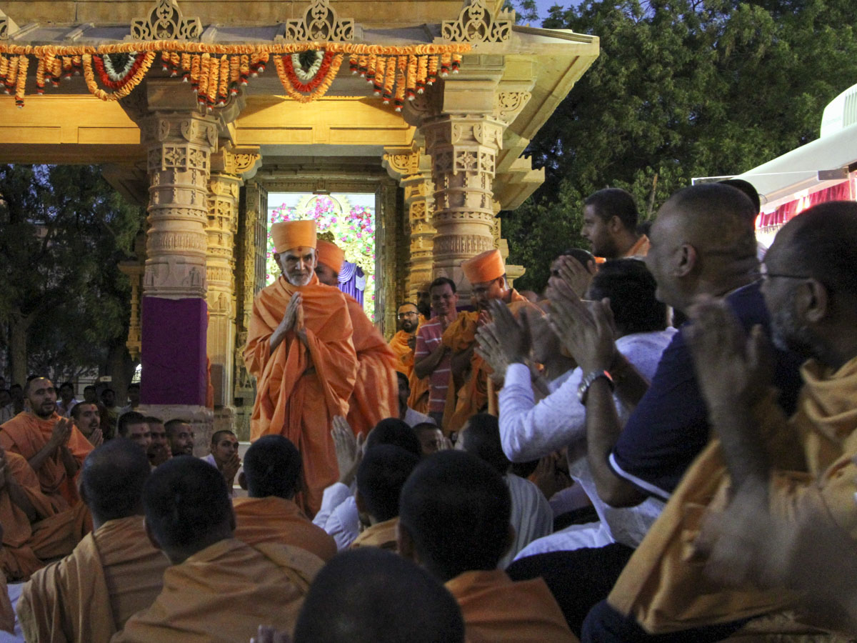 Sadhus and devotees doing darshan of Swamishri, 26 May 2017