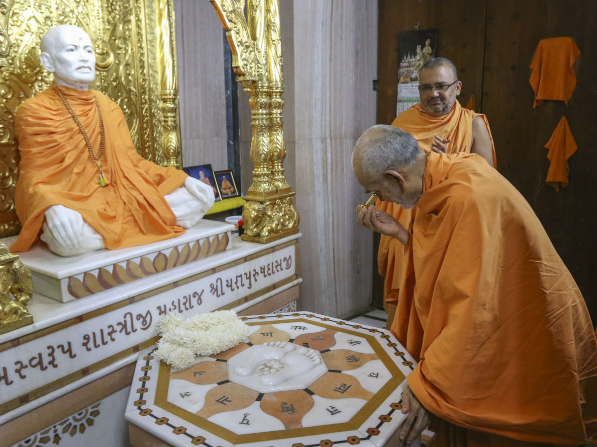 Swamishri engrossed in darshan at Shri Yagnapurush Smruti Mandir, 26 May 2017