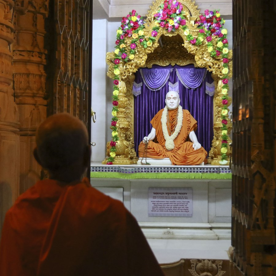 Swamishri engrossed in darshan of Brahmaswarup Pramukh Swami Maharaj, 26 May 2017