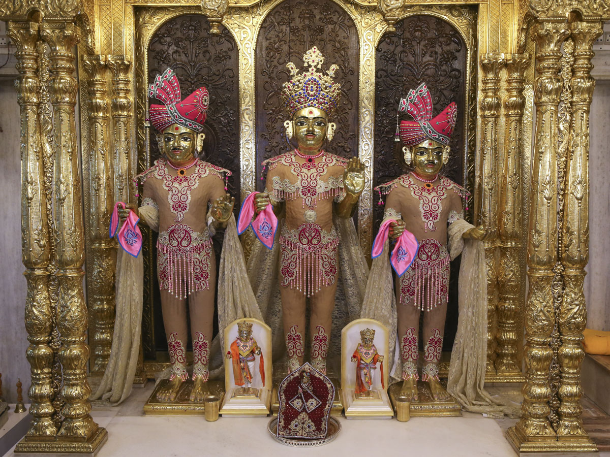 Bhagwan Swaminarayan, Aksharbrahman Gunatitanand Swami and Shri Gopalanand Swami adorned in chandan garments, 27 May 2017