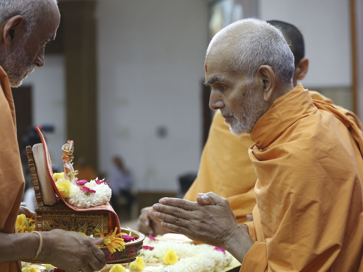 Swamishri worships Shri Harikrishna Maharaj in his morning puja, 27 May 2017