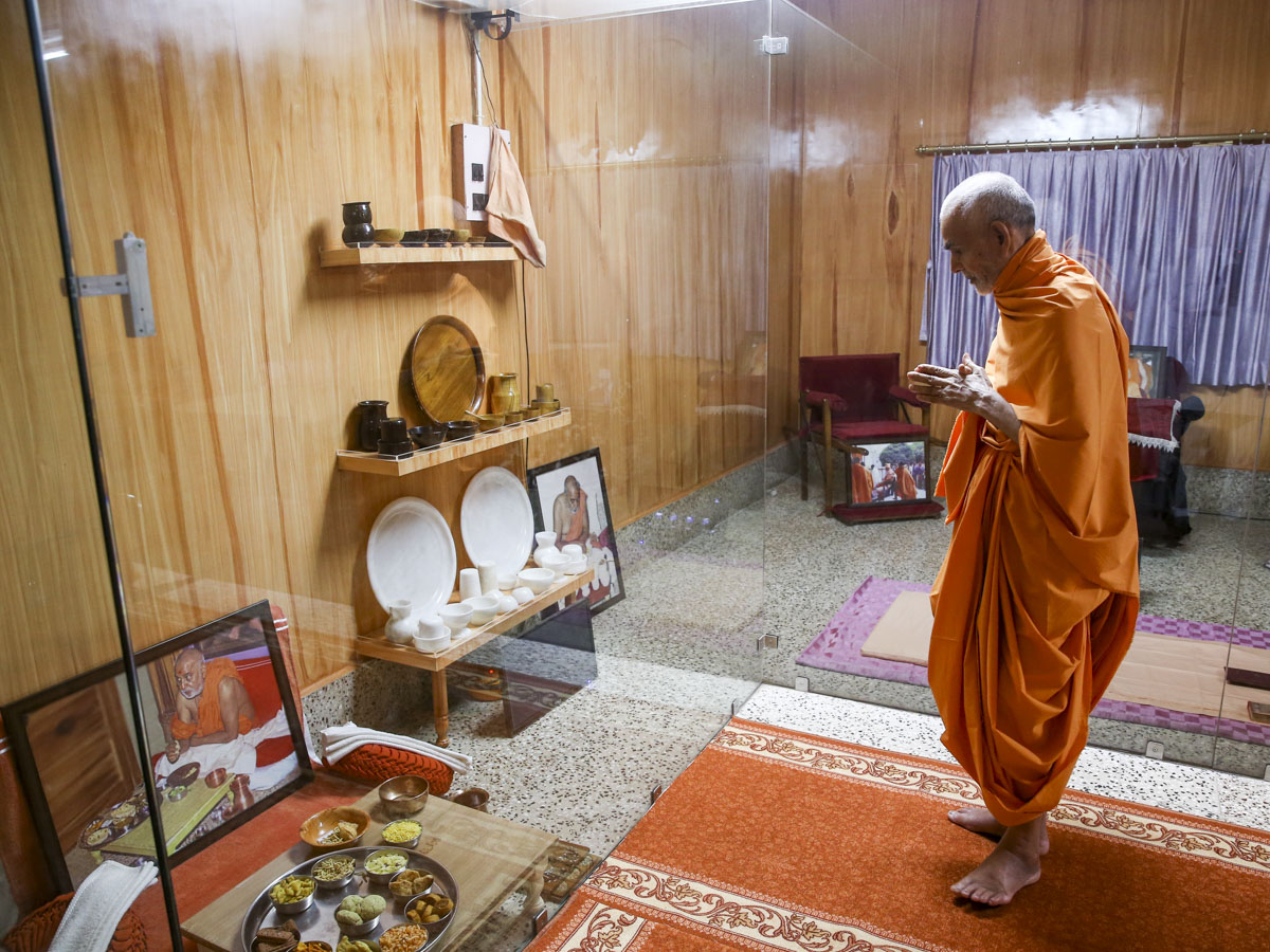 Swamishri doing darshan in old room of Brahmaswarup Pramukh Swami Maharaj, 27 May 2017