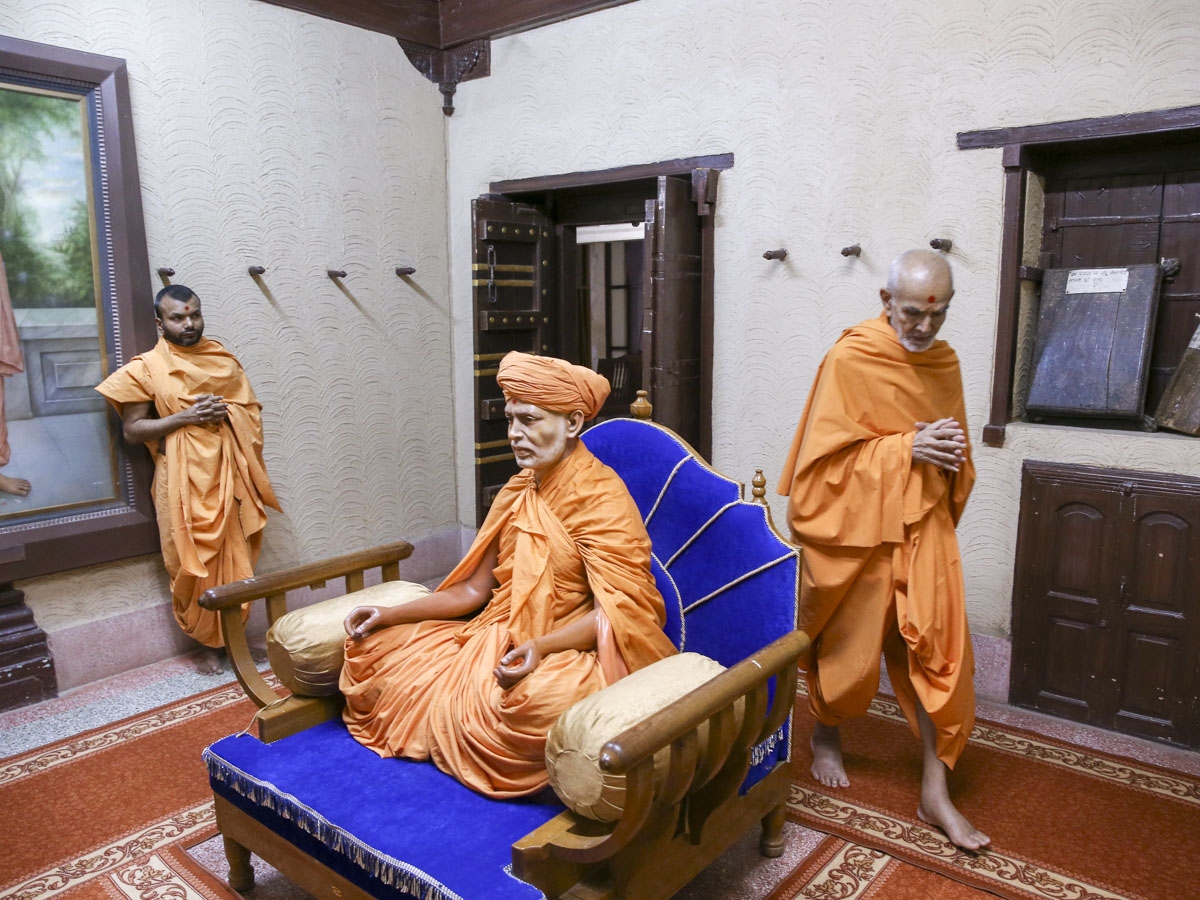 Swamishri performs pradakshina in Brahmaswarup Shastriji Maharaj's room, 27 May 2017
