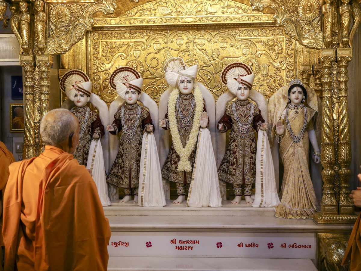 Swamishri engrossed in darshan of Thakorji, 27 May 2017