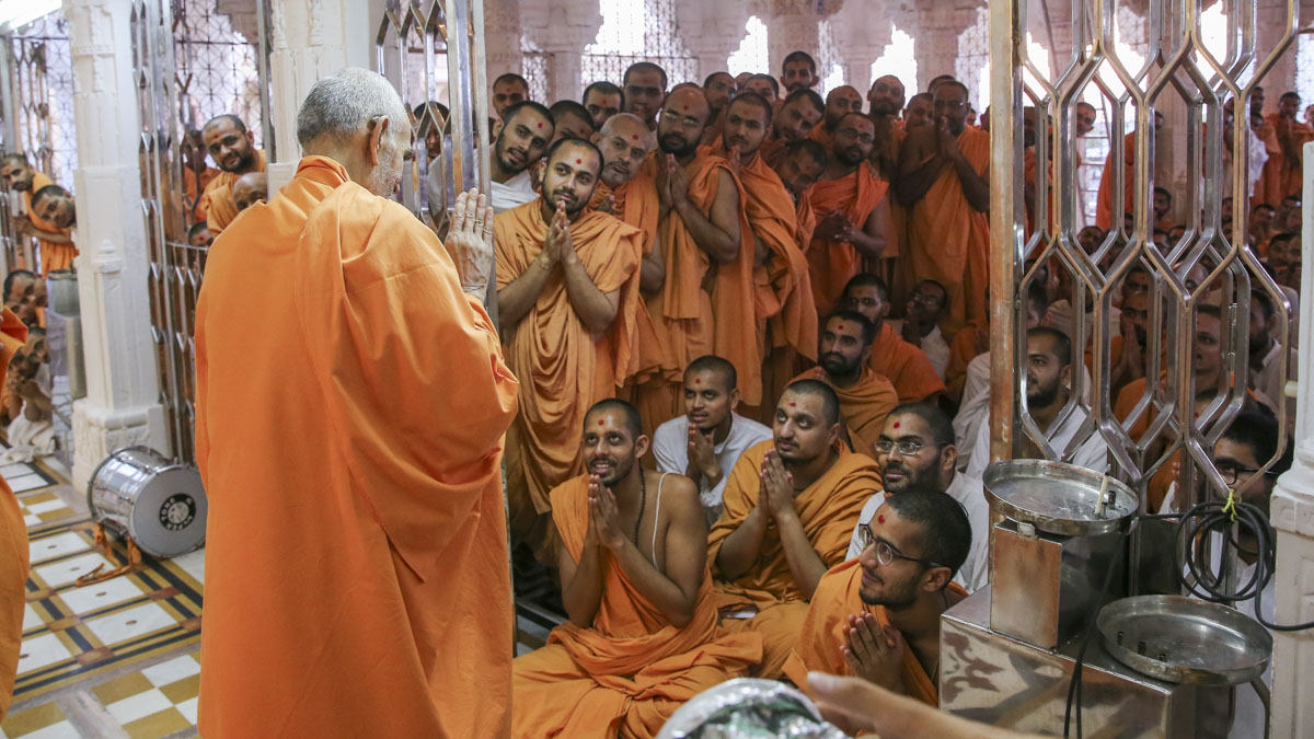 Sadhus doing darshan of Swamishri, 27 May 2017