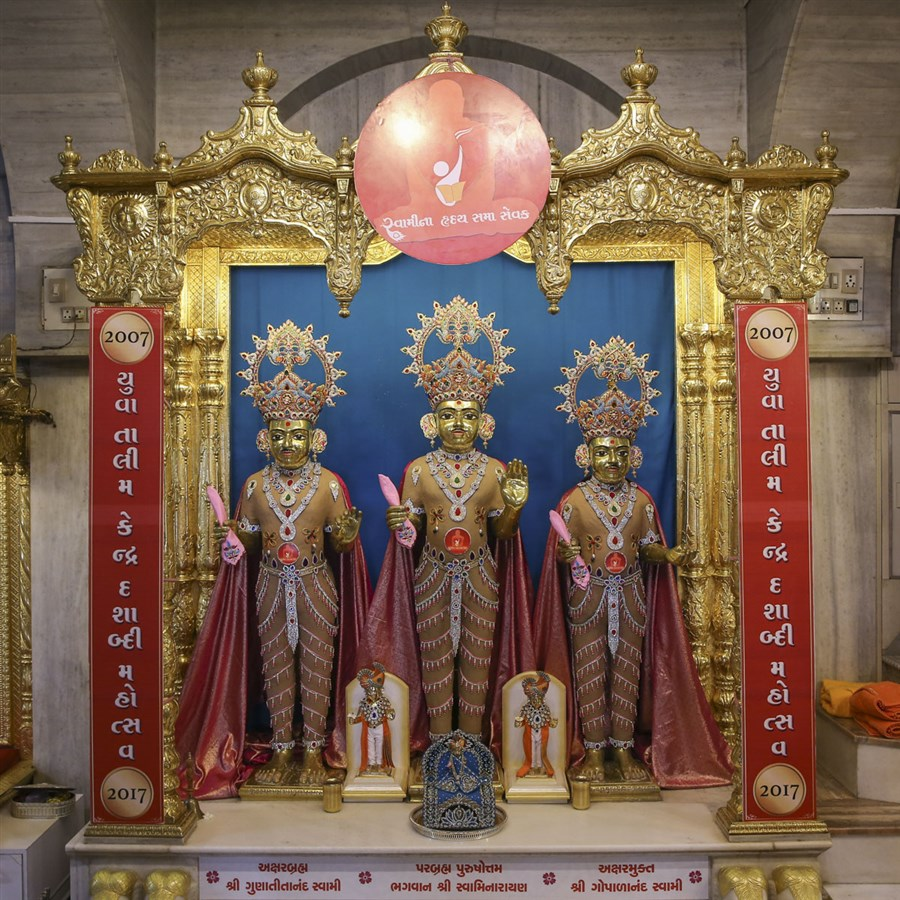 Bhagwan Swaminarayan, Aksharbrahman Gunatitanand Swami and Shri Gopalanand Swami adorned in chandan garments, 28 May 2017