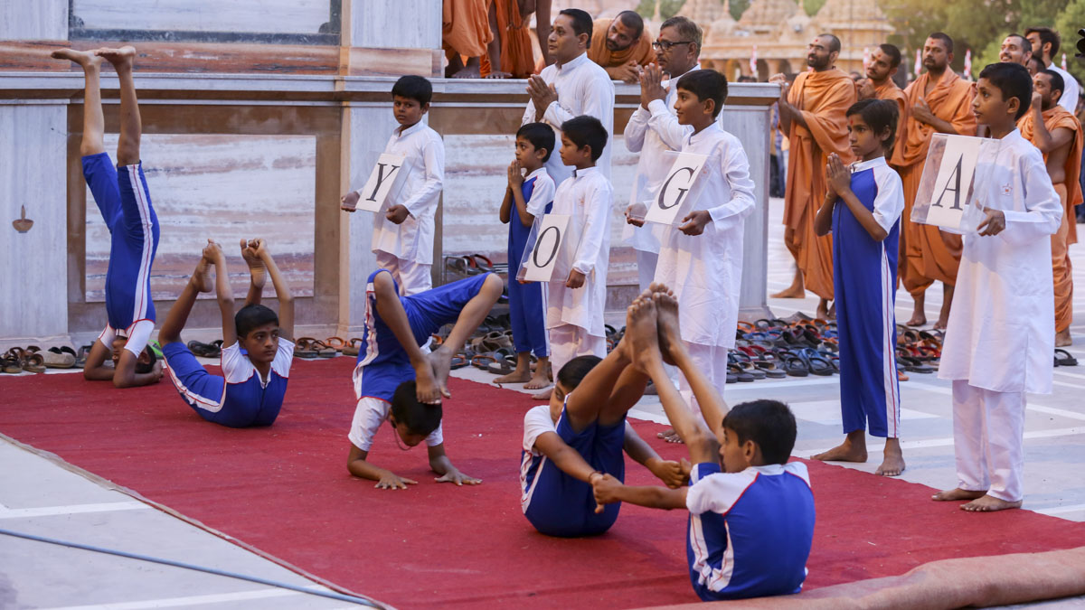 Students of Swaminarayan Vidyamandir, Sarangpur, perform yoga before Swamishri, 4 Jun 2017