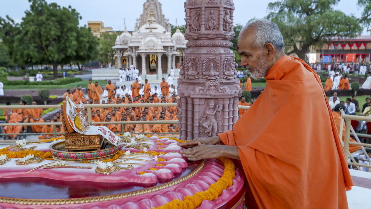 Swamishri engrossed in darshan at Brahmaswarup Pramukh Swami Maharaj's samadhi, 4 Jun 2017
