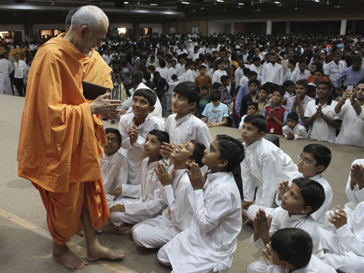 Swamishri interacts with children, 4 Jun 2017