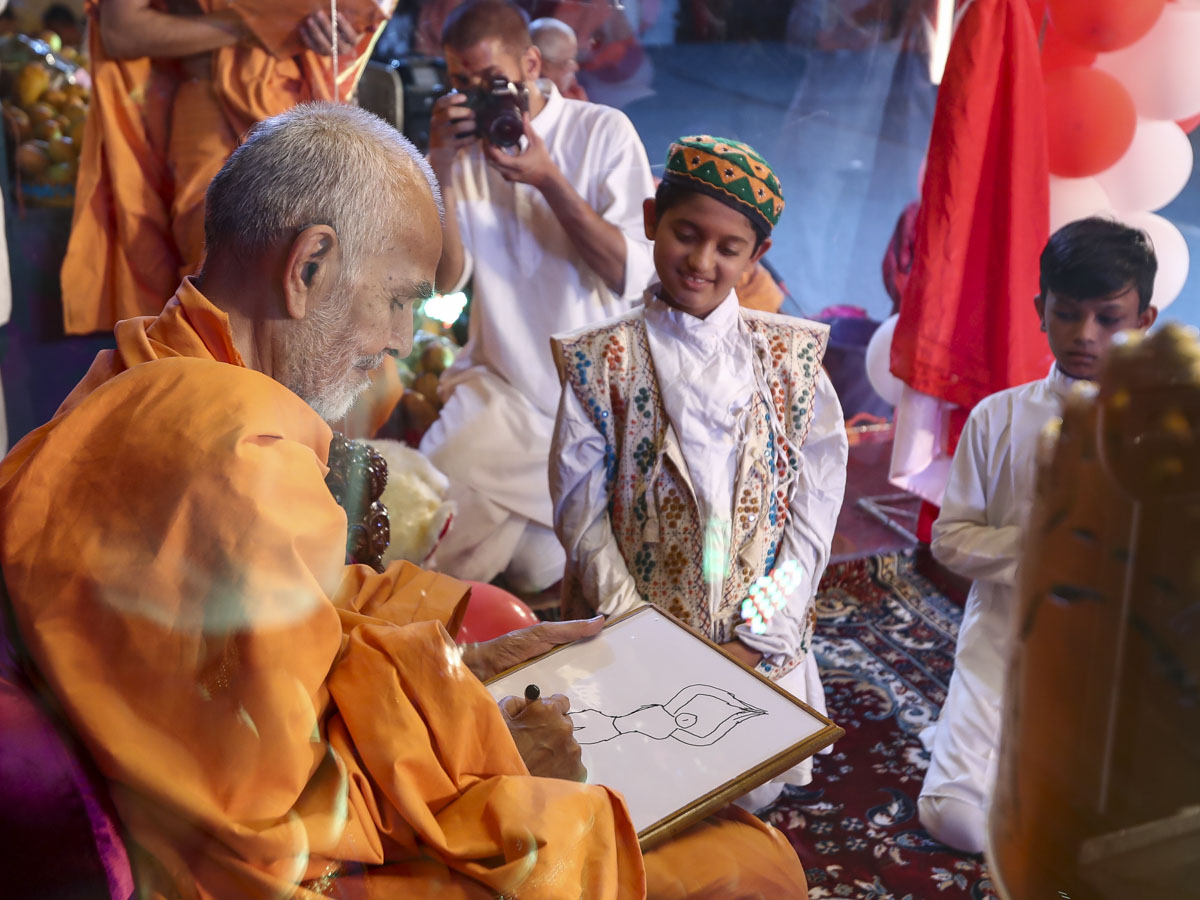 Swamishri participates in an activity, 4 Jun 2017