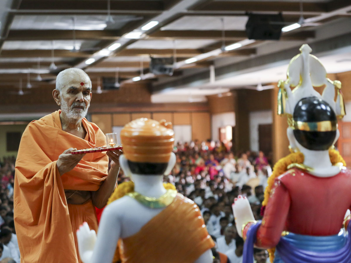 Swamishri performs pratishtha arti, 5 Jun 2017