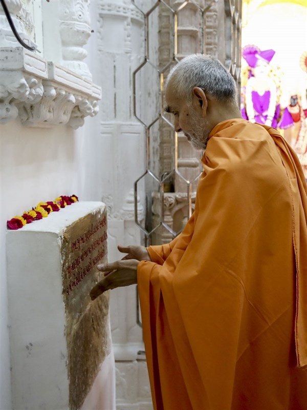 Swamishri reverentially touches sacred stone sanctified by Aksharbrahman Gunatitanand Swami, 6 Jun 2017