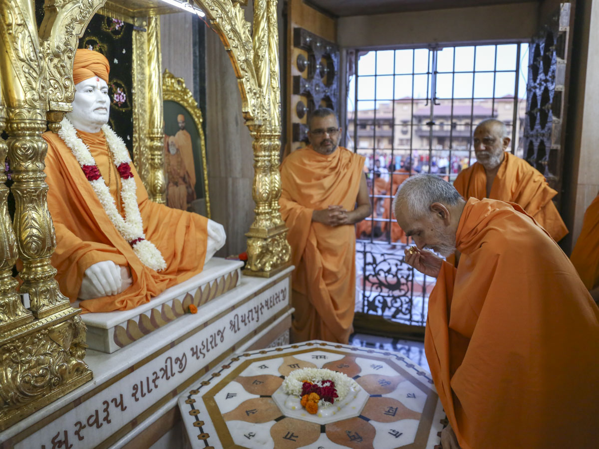 Swamishri engrossed in darshan at Shri Yagnapurush Smruti Mandir, 6 Jun 2017