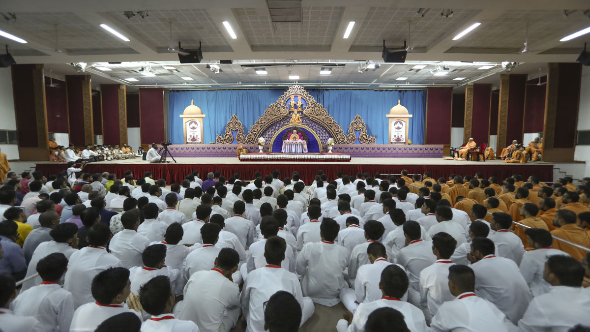 Devotees doing Swamishri's puja darshan, 6 June 2017