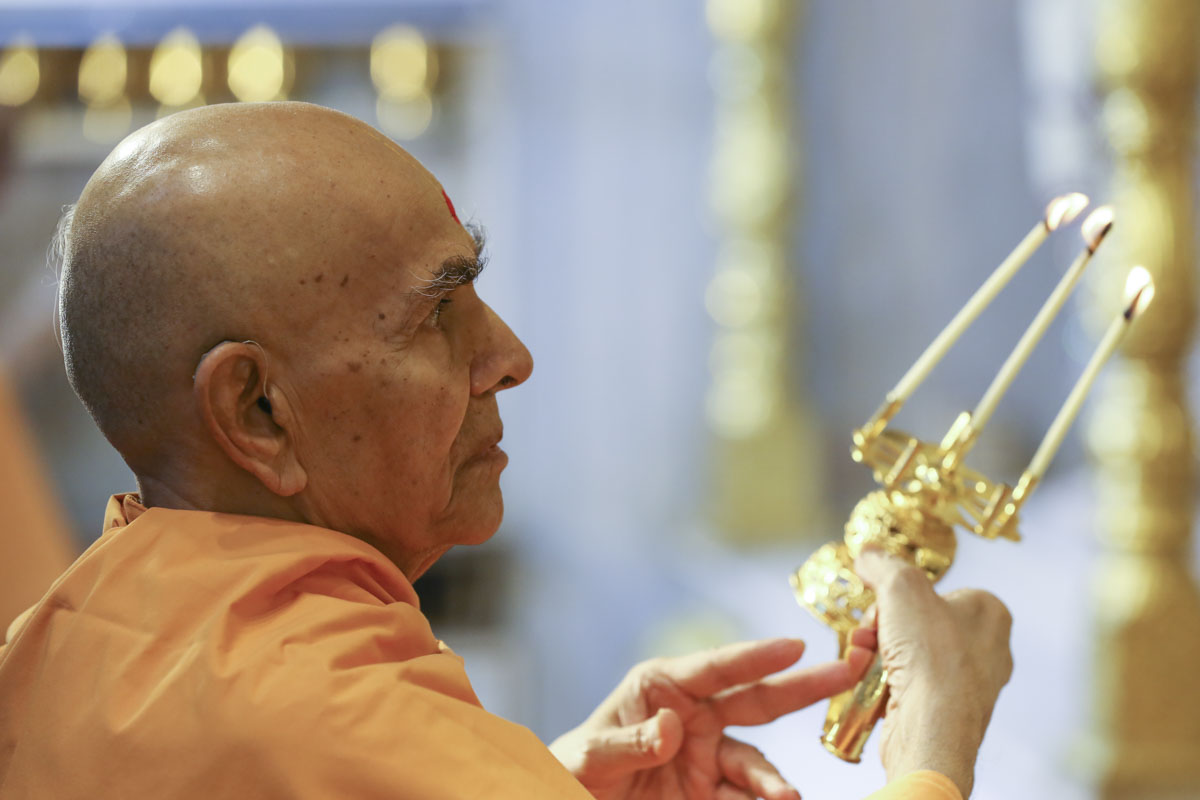 Swamishri performs arti of Thakorji, 7 Jun 2017