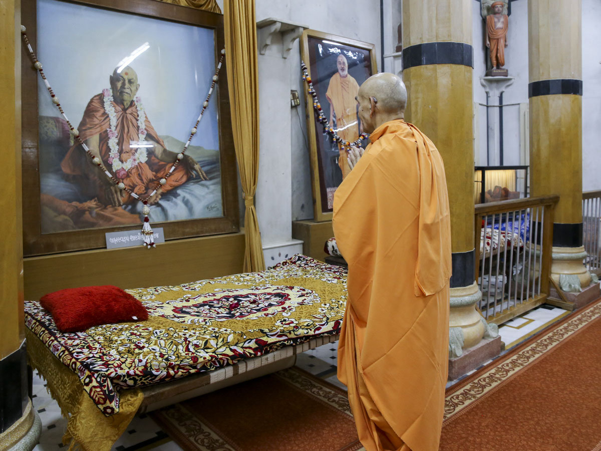 Swamishri engrossed in darshan in the Rang Mandap, 8 Jun 2017