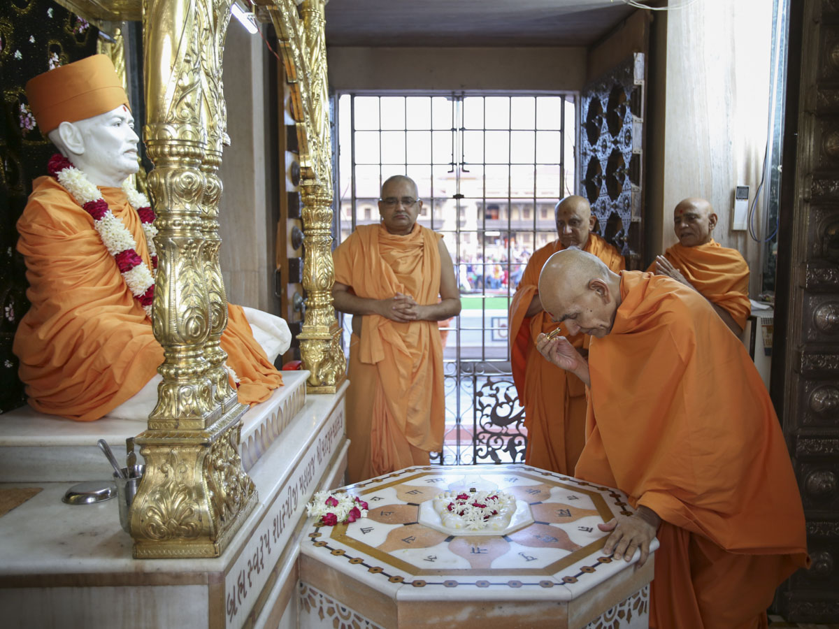 Swamishri engrossed in darshan at Shri Yagnapurush Smruti Mandir, 8 Jun 2017