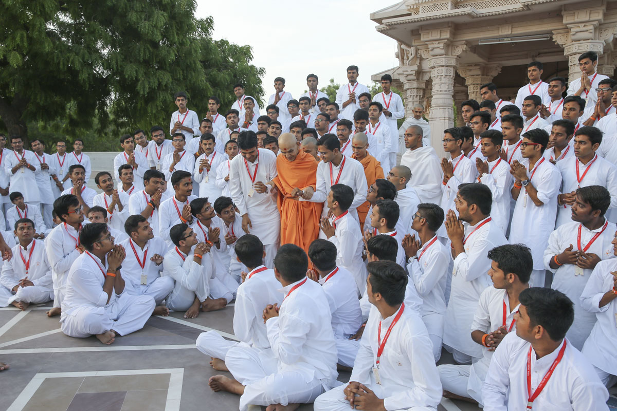 Youths doing darshan of Swamishri, 8 Jun 2017