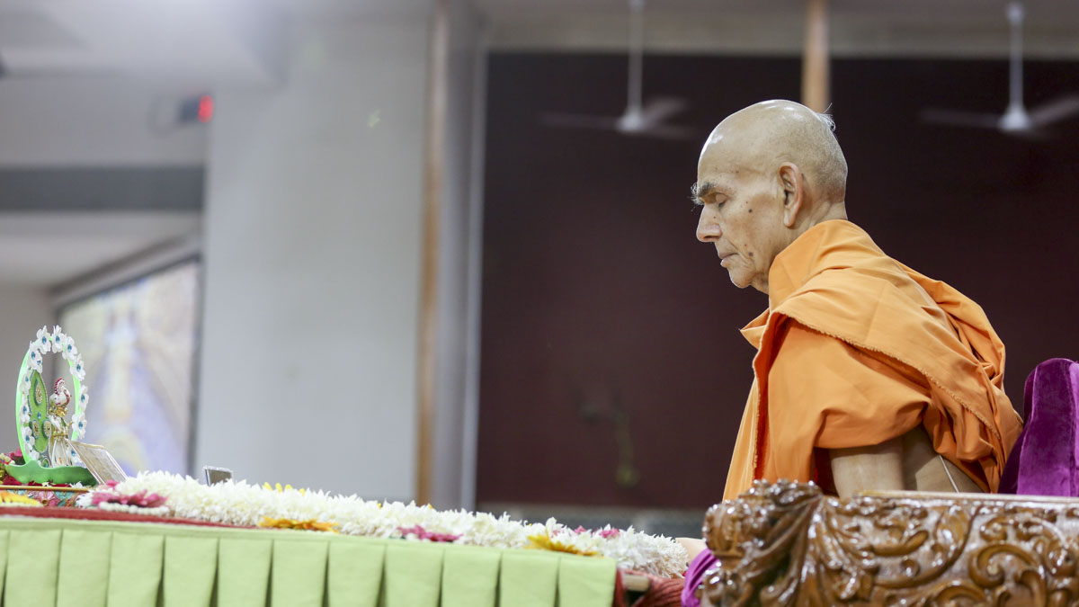 Swamishri performs his morning puja, 8 Jun 2017