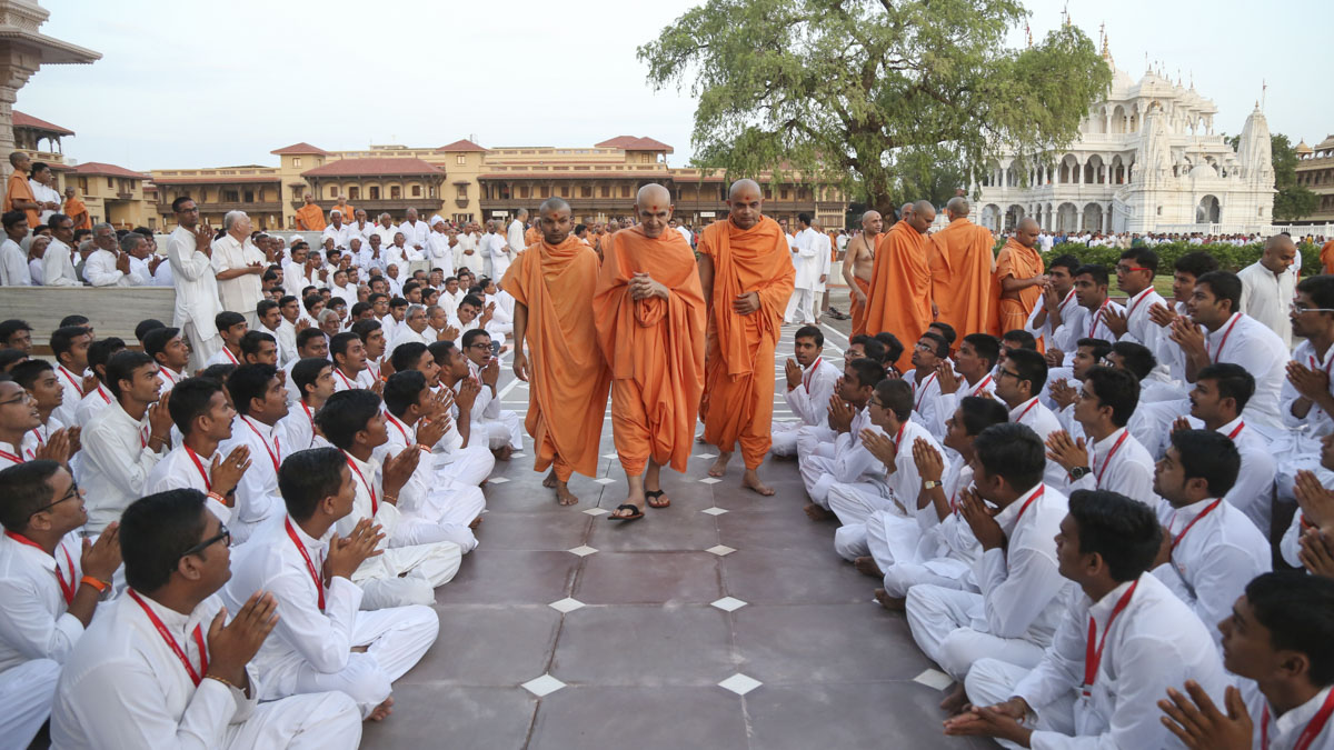 Youths doing darshan of Swamishri, 9 Jun 2017