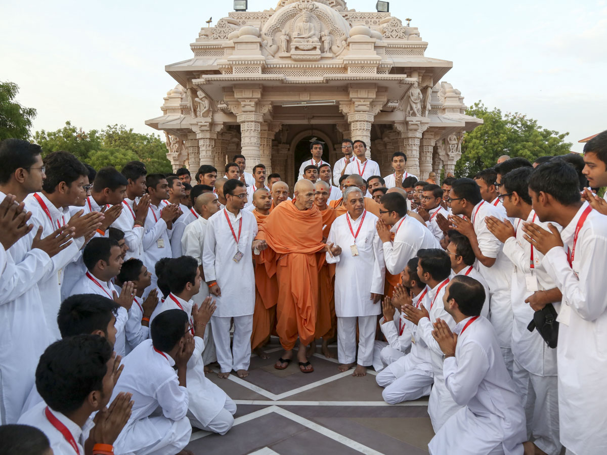 Swamishri interacts with youths, 9 Jun 2017