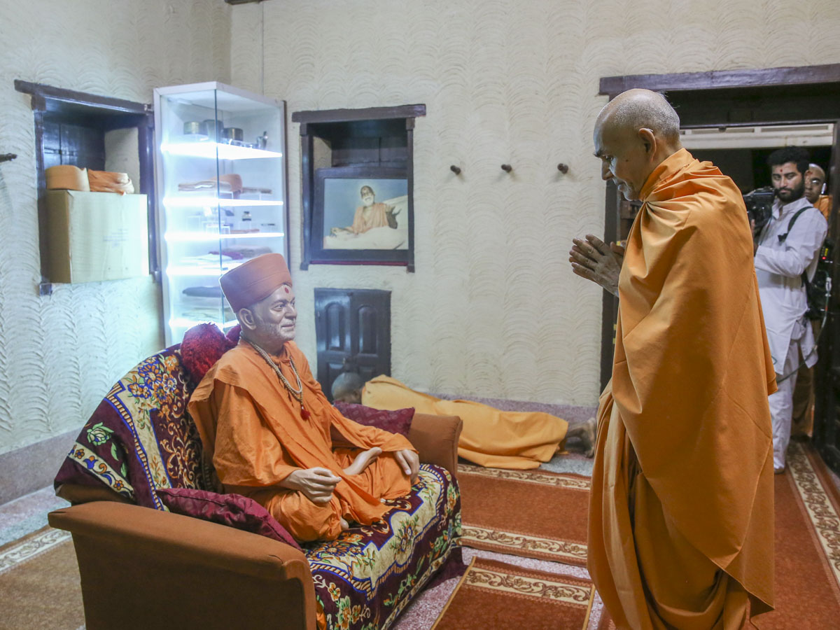 Swamishri engrossed in darshan of Yogiji Maharaj, 10 Jun 2017