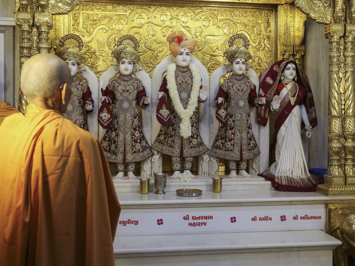 Swamishri engrossed in darshan of Thakorji, 10 Jun 2017