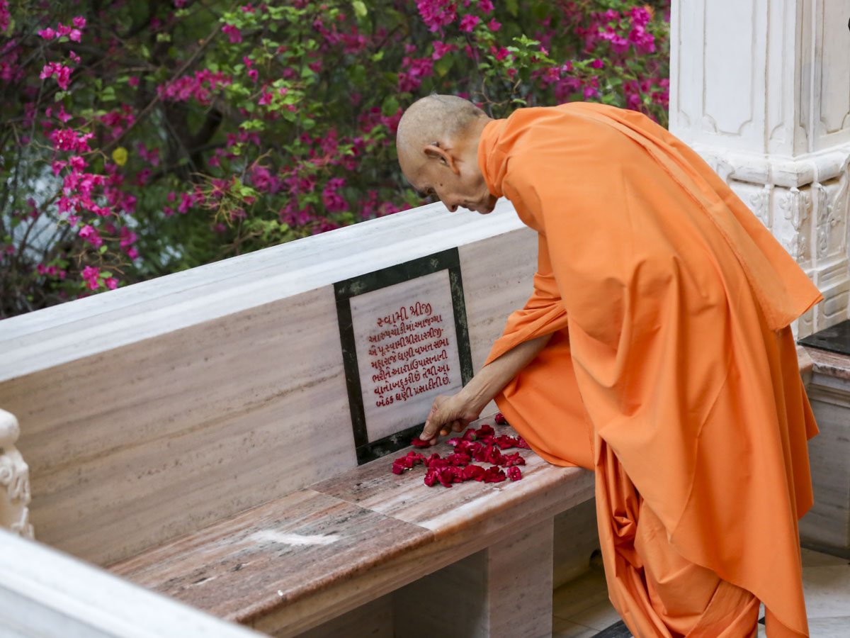 Swamishri reverentially touches sacred spot in the mandir pradakshina, 10 Jun 2017