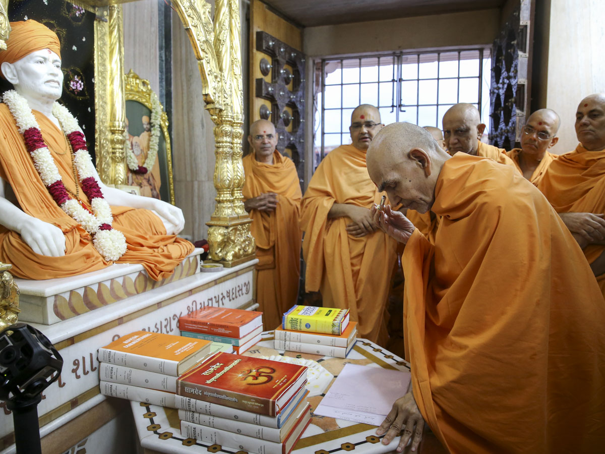 Swamishri engrossed in darshan at Shri Yagnapurush Smruti Mandir, 10 Jun 2017