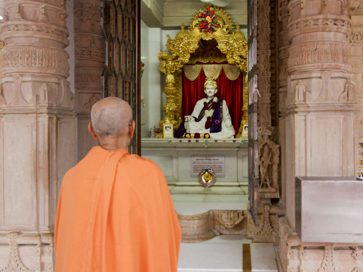 Swamishri engrossed in darshan of Brahmaswarup Bhagatji Maharaj, 10 Jun 2017