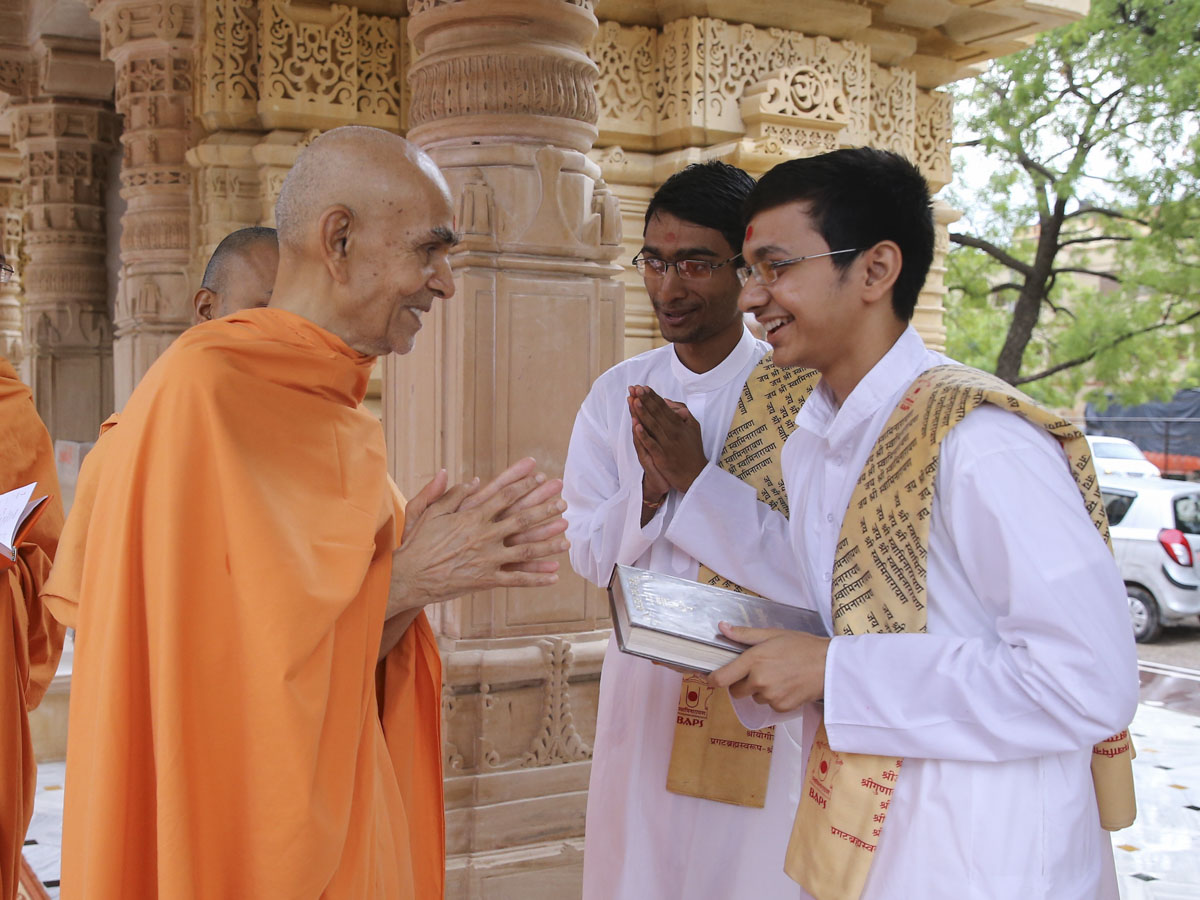 Swamishri blesses students of BAPS Swaminarayan Sanskrit Mahavidyalaya, 10 Jun 2017