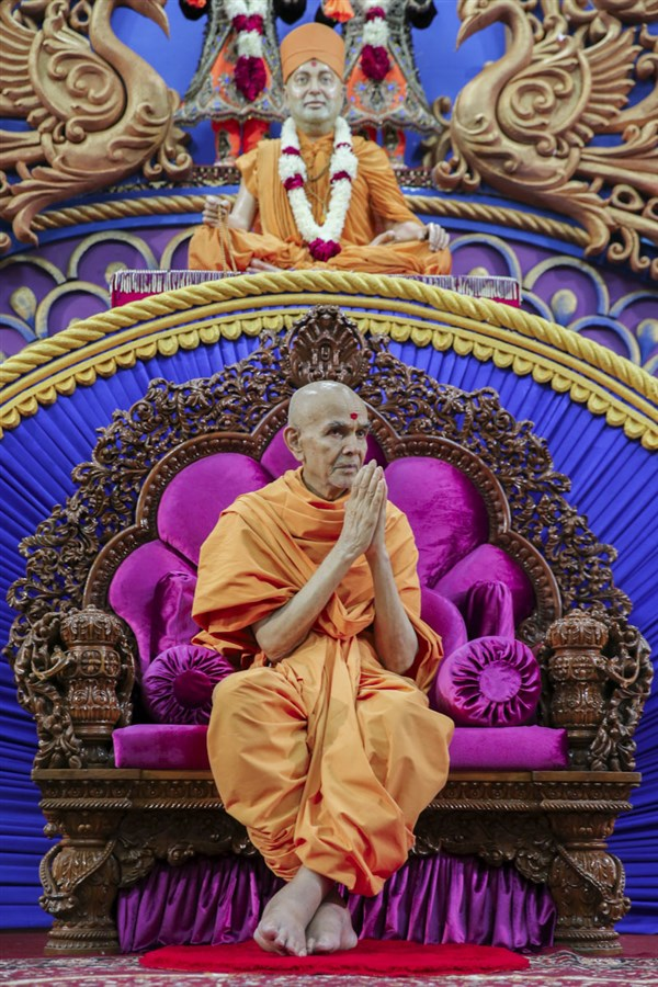 Swamishri greets all with 'Jai Swaminarayan', 10 Jun 2017