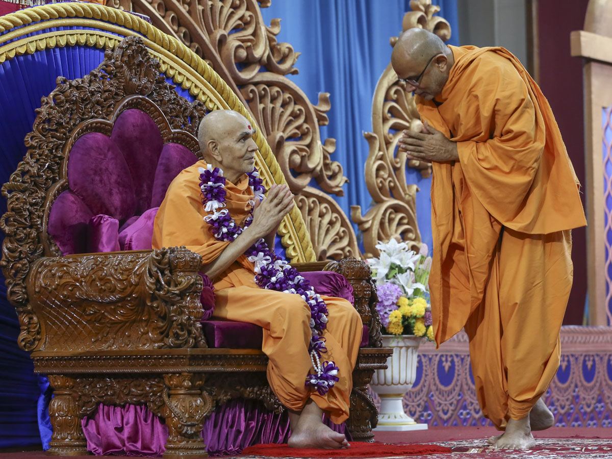 Jnaneshwar Swami honors Swamishri with a garland, 10 Jun 2017