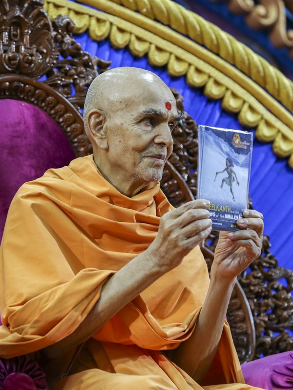 Swamishri inaugurates the 'Shri Swaminarayan Charitra - Part 4: Neelkanth and the Snows of the Himalayas' animation DVD, 10 Jun 2017