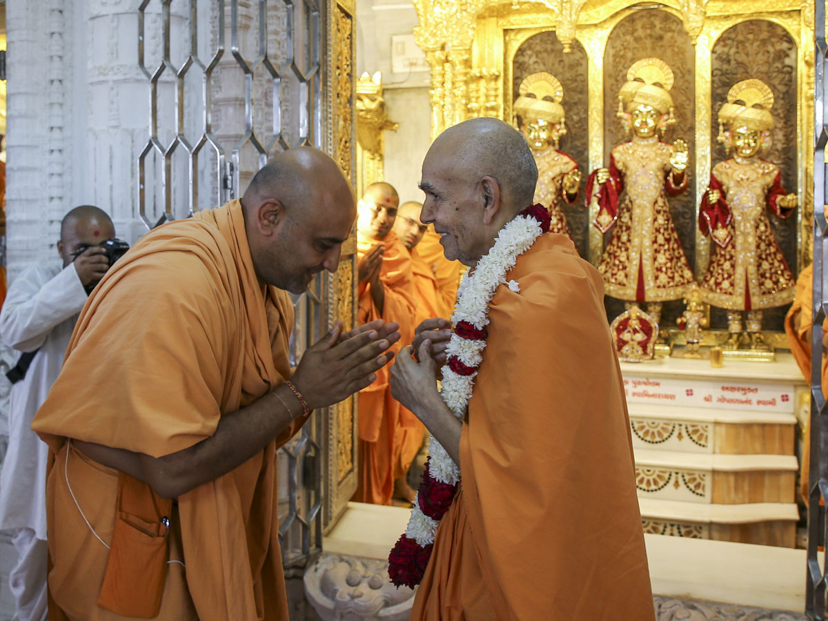 Swamishri departs from Sarangpur, 10 Jun 2017