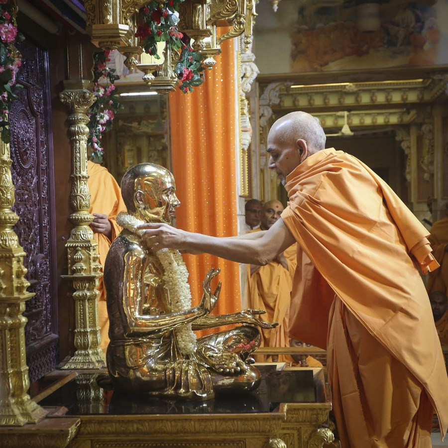 Swamishri honors Bhagwan Swaminarayan with a garland, 11 Jun 2017