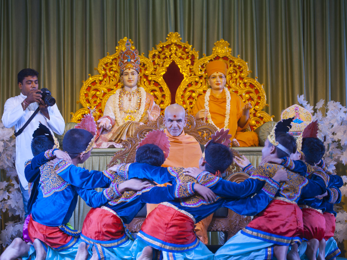 Children welcome Swamishri with a presentation based on the bhajan 'Ek Same Amdavadma', 11 Jun 2017