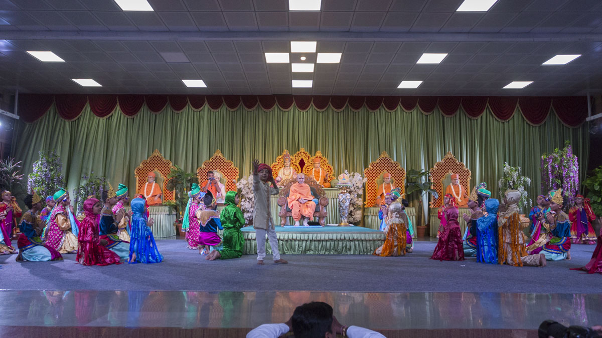Children and youths welcome Swamishri with a presentation based on the bhajan 'Ek Same Amdavadma', 11 Jun 2017
