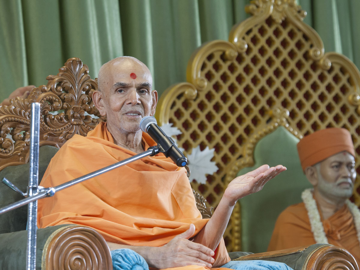 Swamishri blesses the Sunday satsang assembly, 11 Jun 2017