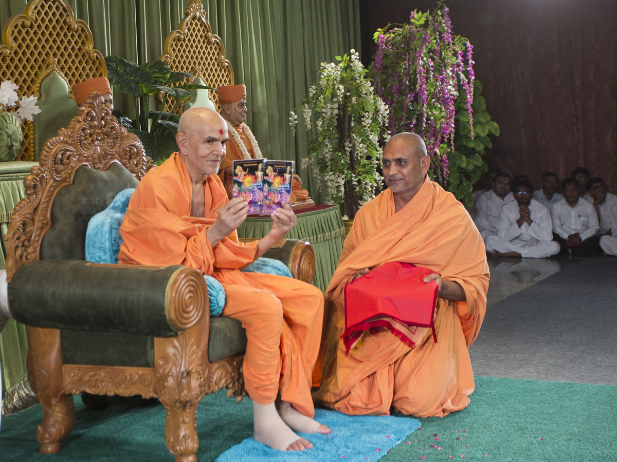 Swamishri inaugurates a video DVD publication, 'Suryapur Kathamangal', 11 Jun 2017