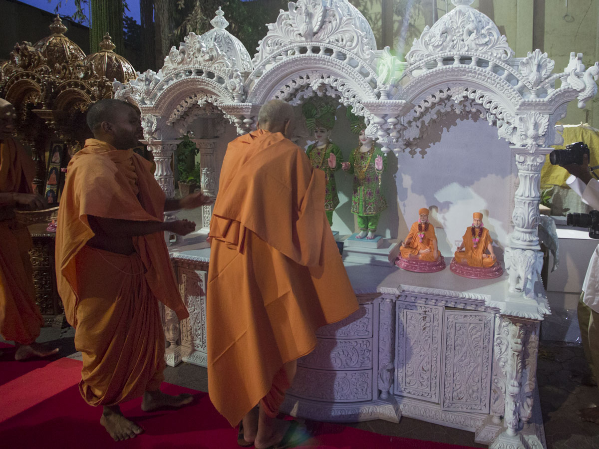 Swamishri sanctifies a ghar mandir, 12 Jun 2017