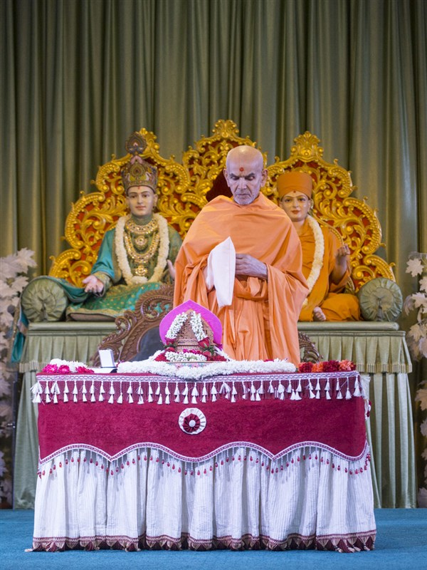 Swamishri performs his morning puja, 12 Jun 2017