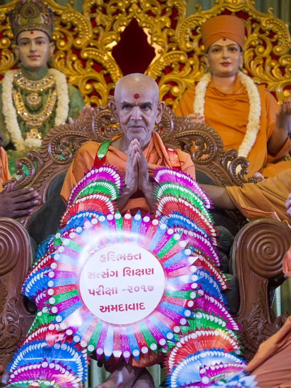 Swamishri honored with a garland, 12 Jun 2017