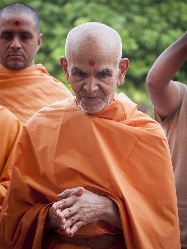 Swamishri greets devotees with 'Jai Swaminarayan', 13 Jun 2017