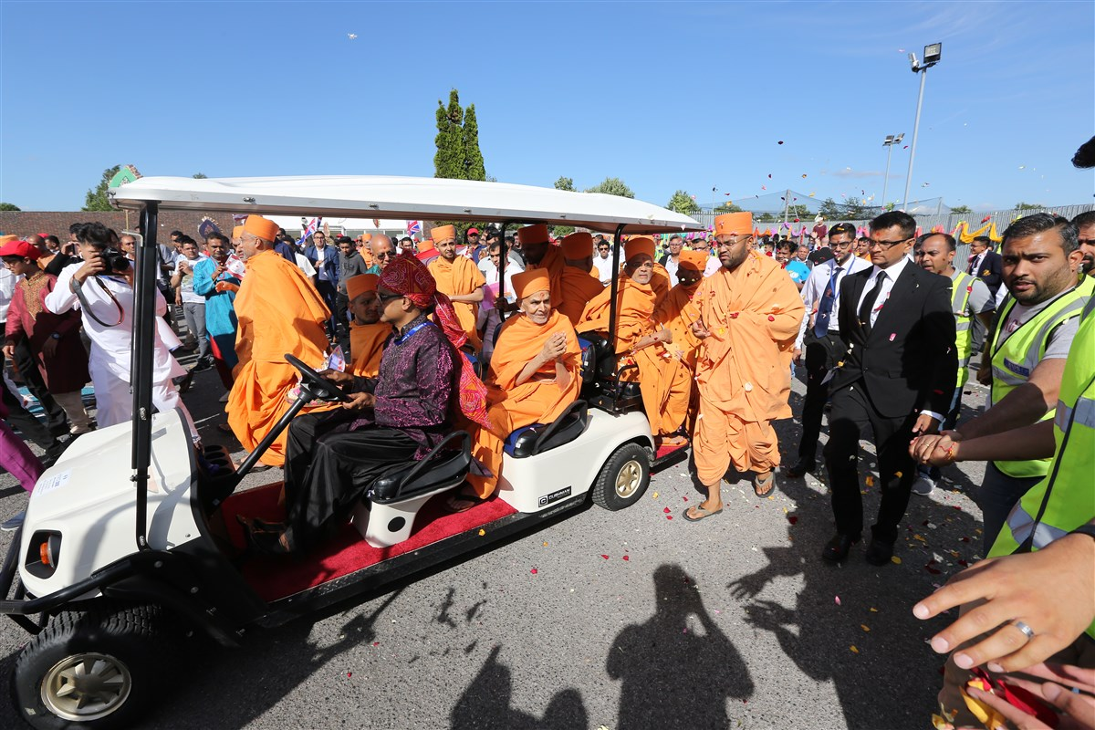 Swamishri's procession continues towards the Mandir