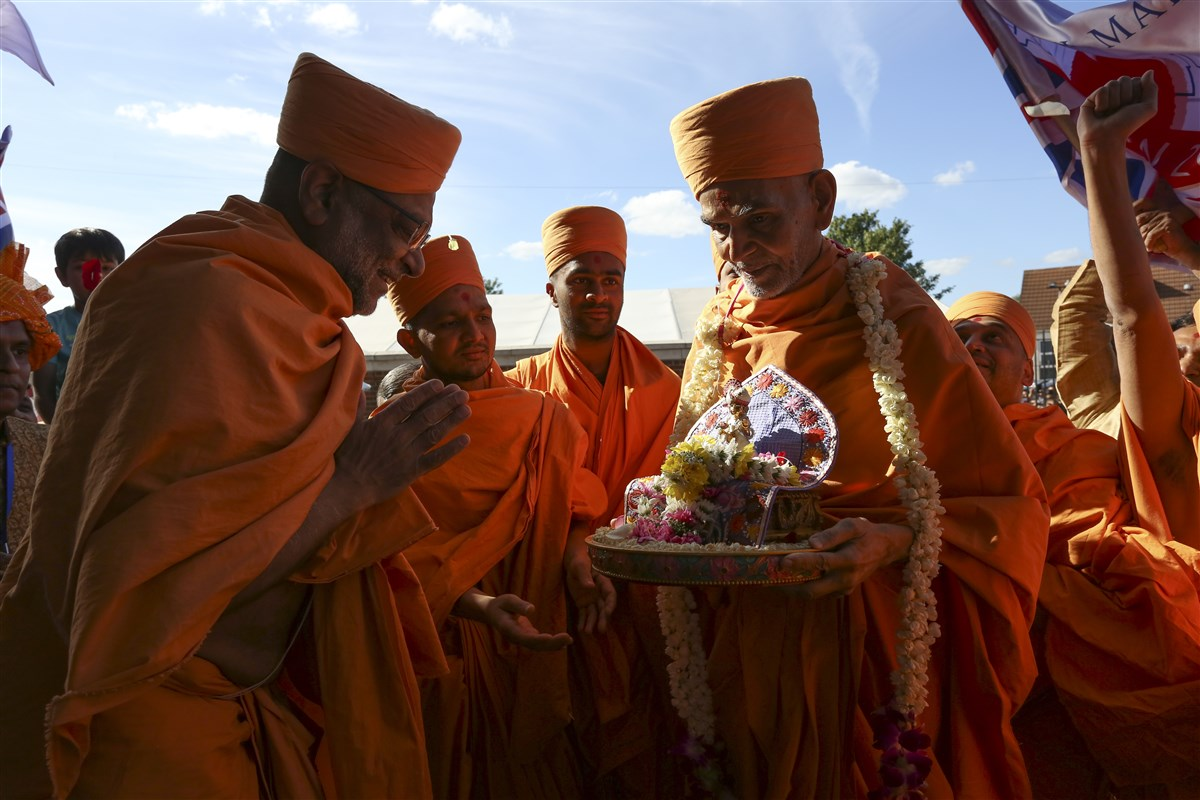 Sadhus perform pujan of Swamishri and Shri Harikrishna Maharaj before ceremoniously entering the Mandir