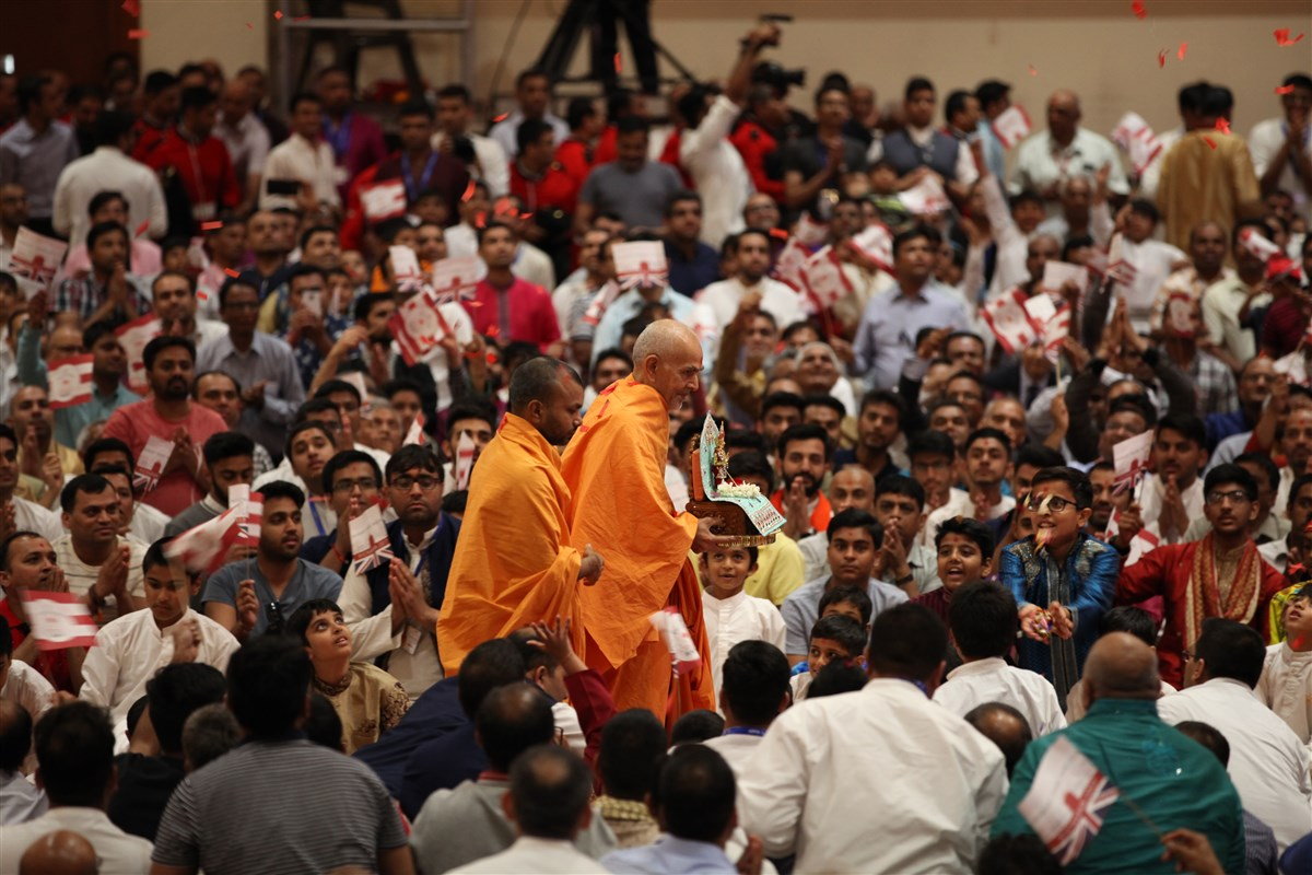 Swamishri entered the assembly hall to a rapturous welcome