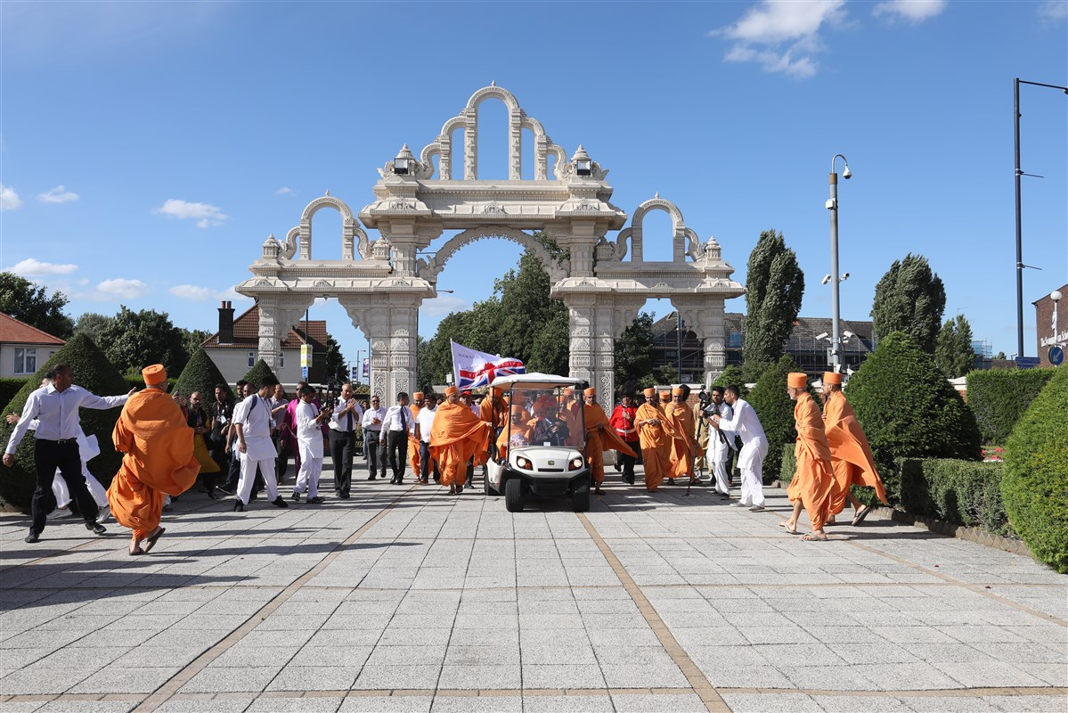 Param Pujya Mahant Swami Maharaj arrives at BAPS Shri Swaminarayan Mandir, London